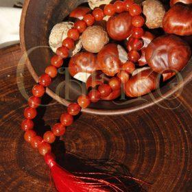 четки из сердолика на 33 бусины с красной кисточкой