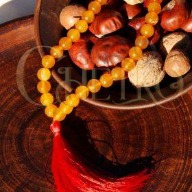 Четки из желтого, медового агата с красной кисточкой на 33 бусины (10 мм)