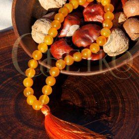 Четки из агата медового на 33 бусины с оранжевой кисточкой
