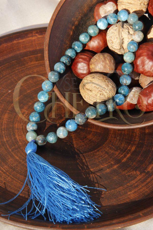 Четки из апатита на 33 бусины шарика 10 мм с голубой кисточкой