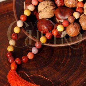 Четки из яшмы мукаит на 33 бусины 10 мм с оранжевой кисточкой