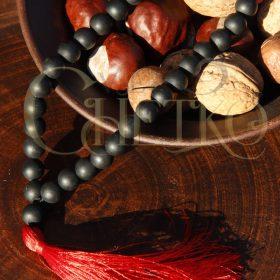 Четки из матового черного агата (под шунгит) на 33 бусины с красной кисточкой, диаметр 10 мм