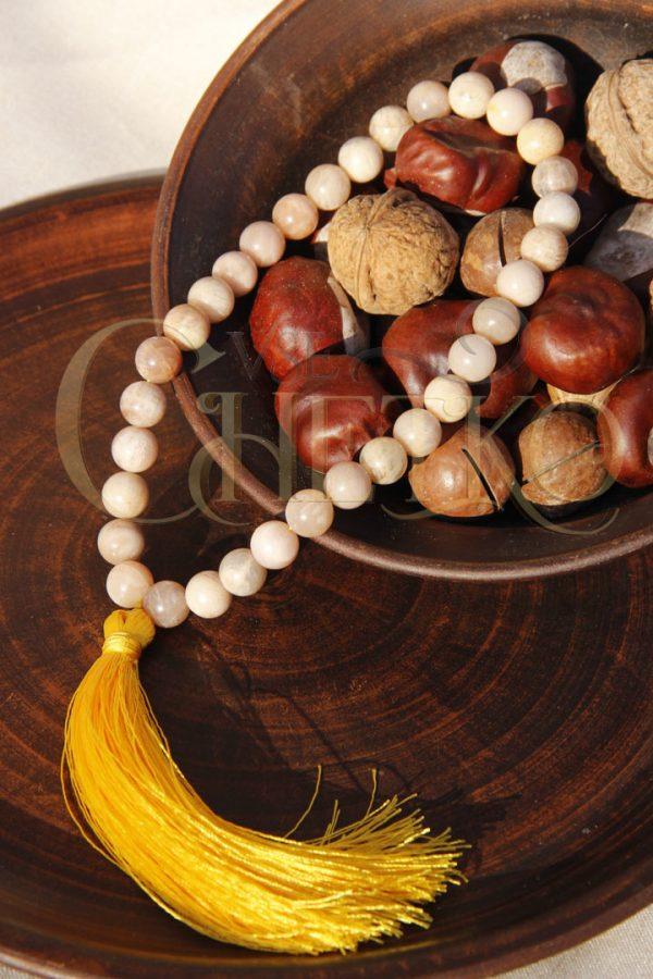 Четки из солнечного камня (селенит) на 33 бусины шарика 10 мм с желтой кисточкой