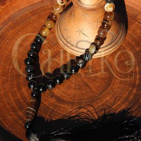 Шифр четки из черного и коричневого агата на 33 бусины 10 мм с кисточкой